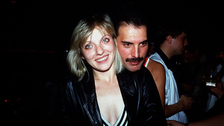 Freddie Mercury y el secreto final que convirtió a su única novia en el amor de su vida