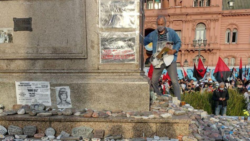 EN EL DÍA DE LA LEALTAD PERONISTA, VANDALIZARON LAS PIEDRAS COLOCADAS EN HONOR A LOS MUERTOS POR COVID-19